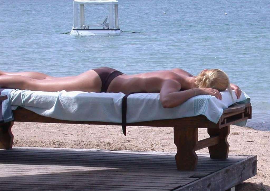 Lézarder au soleil sur la plage est un plaisir récurrent chez les vacanciers. Mais les rayons ultraviolets, qu'ils soient naturels ou artificiels, sont mauvais pour la peau dès lors qu'elle y est trop exposée. © olnnu, Wikipédia, cc by sa 3.0