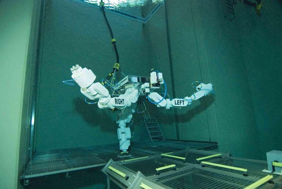 Bénéficiant d'une très grande autonomie et doté de performances remarquables, ce robot ne pouvait cependant réaliser que ce qu'il avait appris à faire. Après les bras télémanipulateurs de la Station (Canadarm2, celui de Kibo, le futur bras européen Era), Eurobot est une des étapes menant à la mise au point d'une intelligence artificielle. © H. Rub, ESA