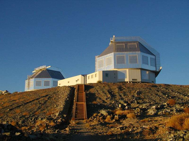 Ces deux coupoles abritent les télescopes Magellan de 6,5 mètres de diamètre dans les Andes chiliennes. © T. Matheson