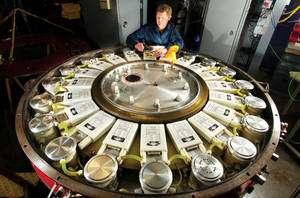 En Sibérie le chercheur Bill Fowler de Sandia examine le Linear Transformer Driver (Crédit : Randy Montoya).