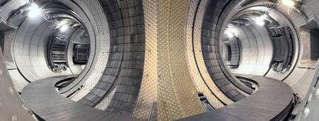 Intérieur de l'enceinte du tokamak Tore Supra en 2002. Tore Supra est un tokamak supraconducteur, en exploitation depuis 1988 à Cadarache (Bouches du Rhône)