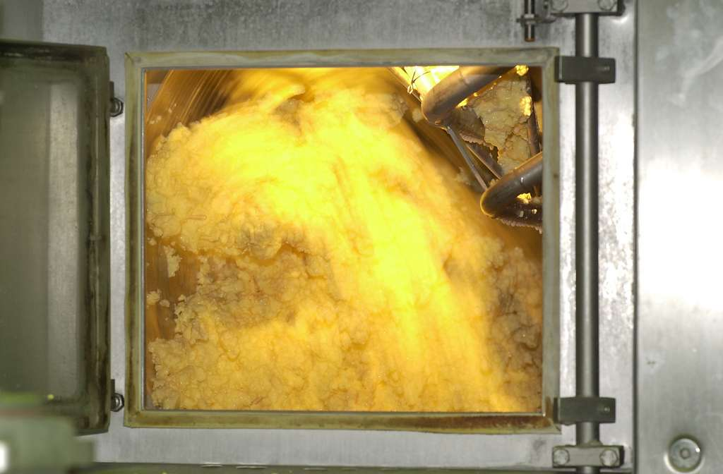 La crème est barattée pour séparer les particules de matière grasse du lactosérum. © P. Bourgault, CNIEL