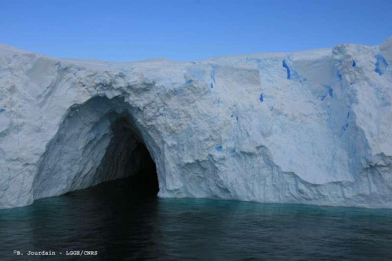 Grotte de glace dans le front du glacier de l'Astrolabe