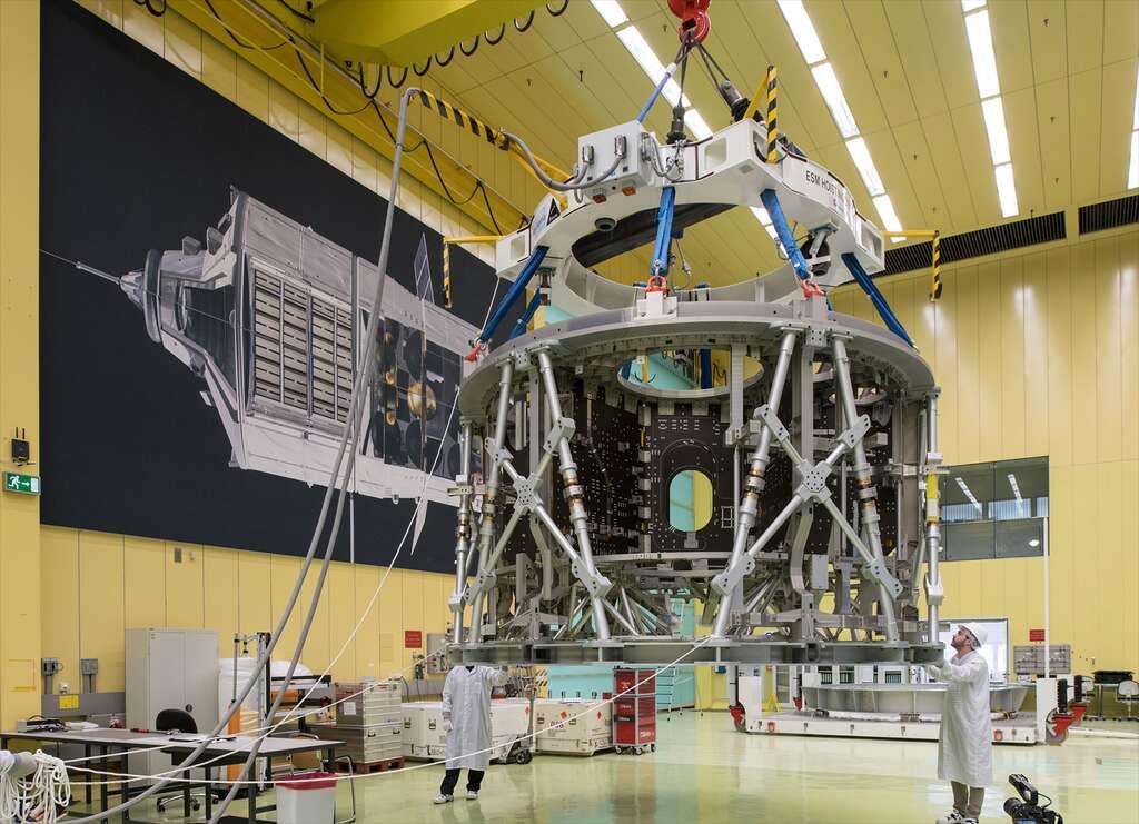 Le premier module de service européen du véhicule spatial Orion. Il est ici vu dans le bâtiment d'intégration d'Airbus Defence and Space à Brême (Allemagne). © Airbus DS