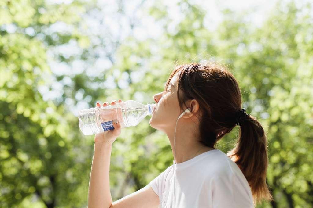 Durant un exercice physique, il faut boire au minimum un demi-litre d'eau toutes les demi-heures quand il fait chaud. © makarovada, Fotolia