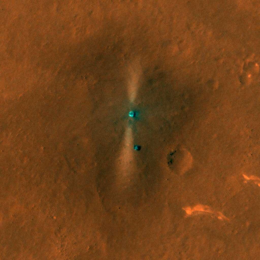Le rover Zhurong et sa plateforme d'atterrissage. Les traces des rétro-fusées sont clairement visibles. Le rover se trouve sur un terrain très représentatif des plaines d'Utopia, c'est-à-dire, morne, plat et désolé, avec très peu rochers. On aperçoit des dunes de sables. © Nasa / JPL / U. Arizona