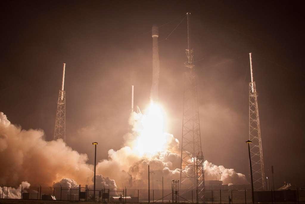 Le Falcon 9 de SpaceX a lancé en mars 2015 les deux satellites électriques de Boeing. © Nasa Image of the day, DP