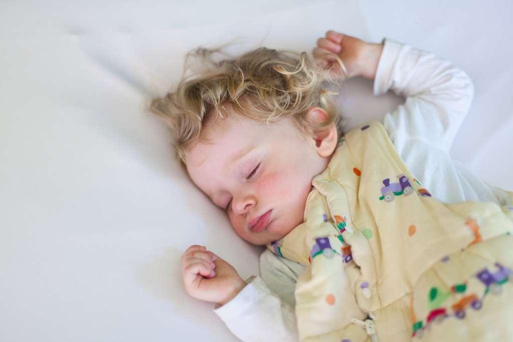 Le bébé doit être couché sur le dos, dans une turbulette (ou gigoteuse) et sans couverture. © kristall, Fotolia
