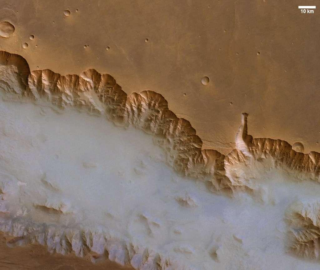 Ce cliché, acquis par la sonde Mars Express de l'Agence spatiale européenne, montre la région ouest de Valles Marineris recouverte d'un épais brouillard. On sait encore peu de choses des phénomènes météorologiques au coucher et au lever du soleil. Une nouvelle orbite de Mars Odyssey devrait permettre aux scientifiques d'y voir plus clair. © Esa, DLR, FU Berlin (G. Neukum)