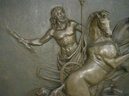 Dans la mythologie, le foudre est l'attribut de Zeus. Ici, représentation de Zeus à Corfou. © Christian Bouquegneau