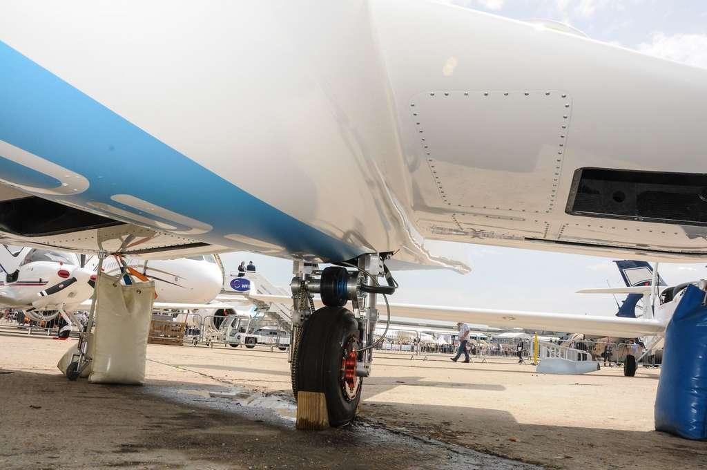 La roue arrière du train d'atterrissage de l'E-Fan. Elle est entraînée par un petit moteur électrique qui assure le roulage et aide au décollage. © Rémy Decourt, Futura-Sciences