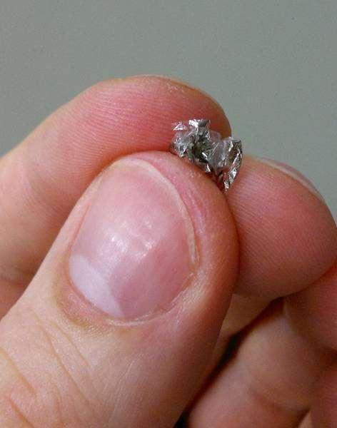 Le capteur magnétique peut être froissé entre les doigts sans réduire ses performances. © IFW Dresden