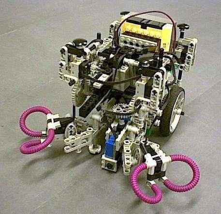Robot utilisé pour les tests préliminaires du modèle de sélection de l'action inspiré des ganglions de la base qui fut ensuite intégré au robot Psikharpax. © AnimatLab LIP6/Girard Benoît/Cuzin Vincent/Guillot Agnès