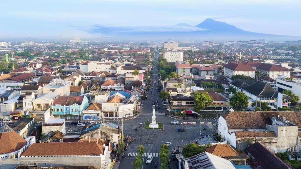 Vue sur la ville de Yogyakarta en Indonésie où a été mené l'essai. © Creativa Images, Adobe Stock.