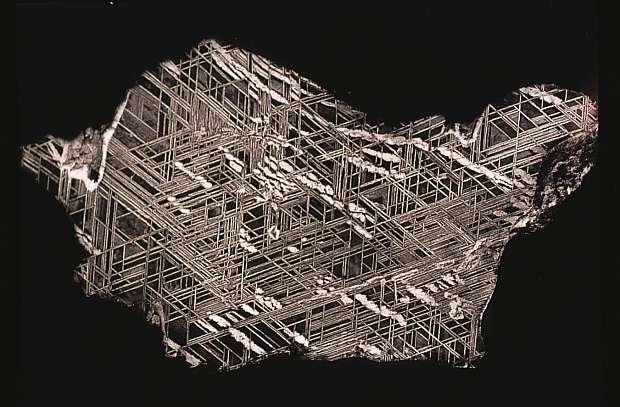 Tranche polie d'une météorite de fer, qui a été traitée avec de l'acide pour faire apparaître la structure de Widmanstatten caractéristique. Le noyau de la Terre doit être composé d'un alliage Fe-Ni similaire. © Smithsonian Institution.