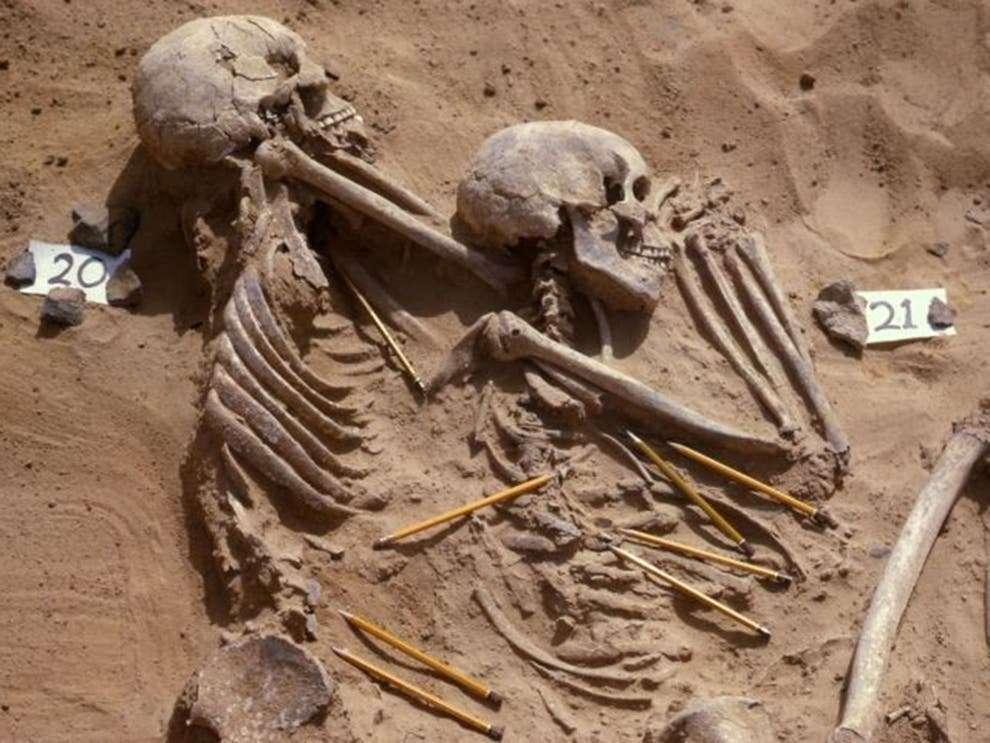 Photographie d'archive illustrant la tombe double des individus JS 20 et JS 21 avec l'indication par les crayons de la position des artéfacts lithiques associés. © Fond d'Archives Wendorf du British Museum