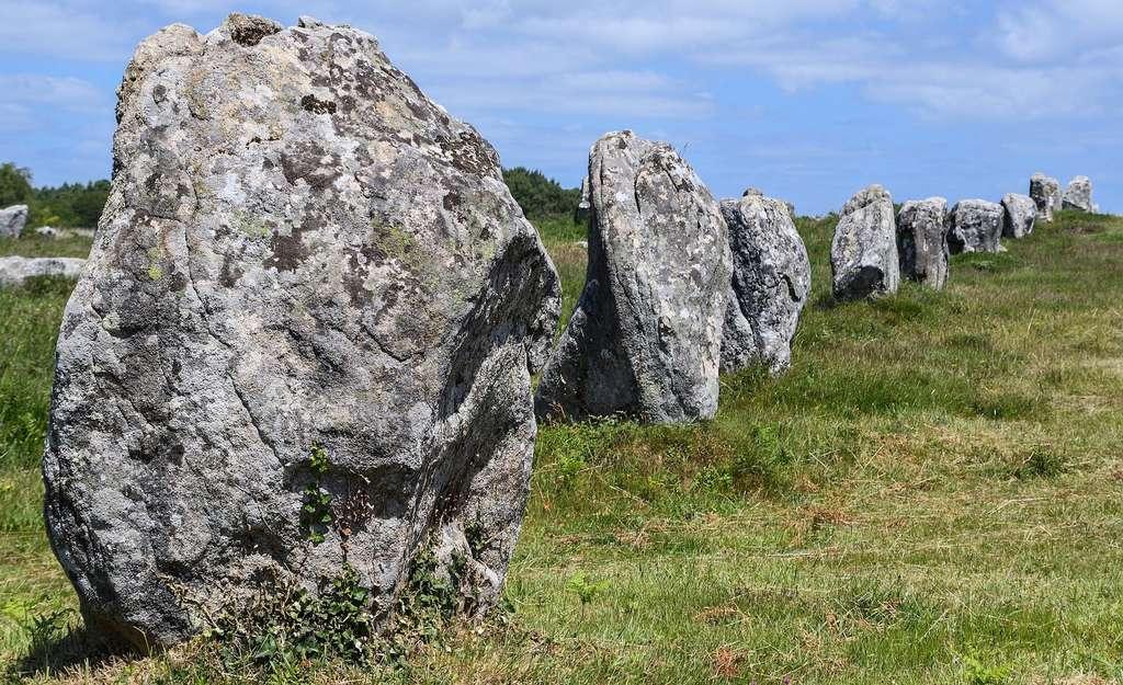 Les alignements de menhirs du Ménec (La Trinité-sur-Mer) sont classés au titre des monuments historiques. Ils sont constitués de quelque 100 pierres réparties sur une dizaine de rangées au total. © christels, Pixabay, CC0 Public Domain