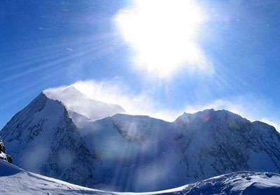 Le mont Pourri depuis l'aiguille Rouge durant l'hiver 2004-2005. On voit l'arête nord qui relie le mont Turia au mont Pourri. On voit également la voie d'ascension par le col des roches. © Eltouristo, GNU 1.2