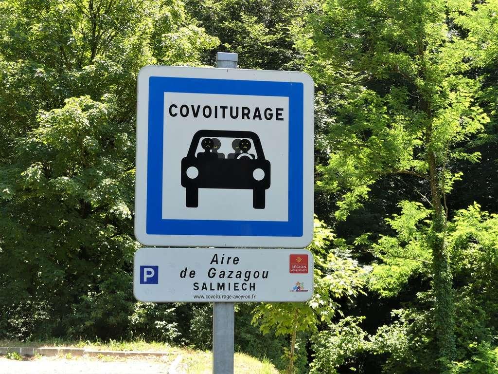 Le covoiturage s'est particulièrement développé en zones rurales. Panneau de covoiturage à Salmiech, Aveyron. © Père Igor, Wikimedia Commons, CC by-sa 4.0