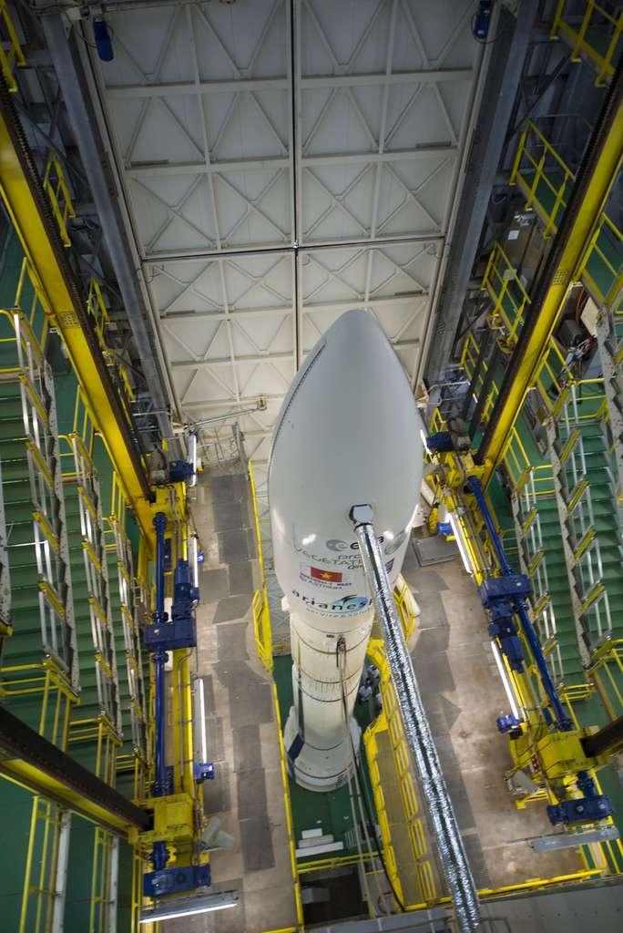 Mai 2013, le lanceur Vega, avec à son bord le satellite Proba V, dans le portique mobile de son pas de tir. © Esa, S. Corvaja