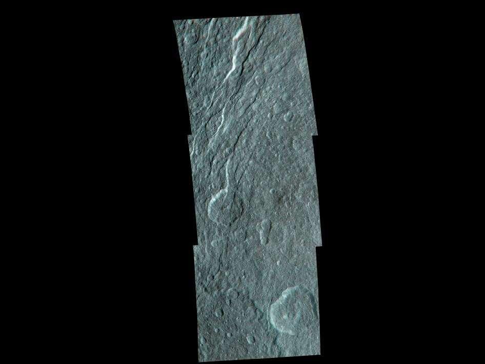 Un enchevêtrement de canyons sur des terrains cratérisés révèle l'activité tectonique passée de Rhéa. © Nasa/JPL/SSI