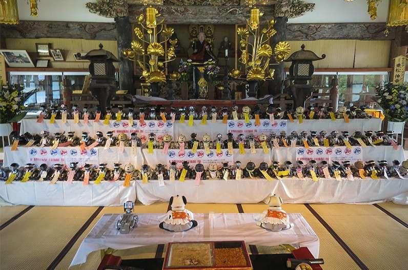 Les funérailles des 114 robots chiens Aibo de Sony dans un temple bouddhiste. © Norimatsu Nobuyuki