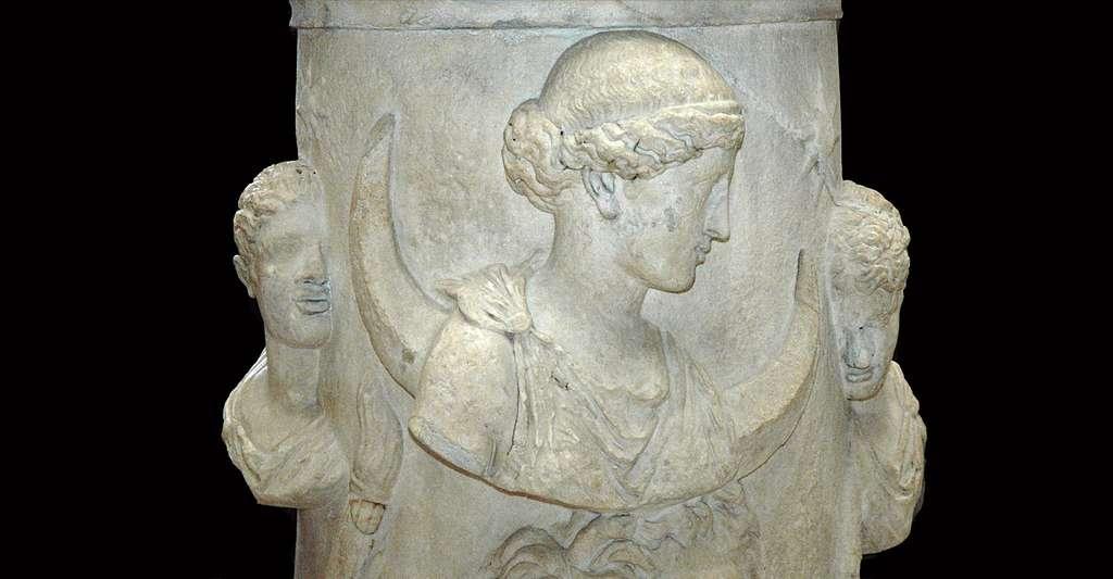 Séléné, déesse de la Lune, entourée des Dioscures ou de Phosphoros (l'étoile du matin) et Hespéros (l'étoile du soir). Marbre, œuvre romaine du IIe siècle ap. J.-C. Provenance : Italie. © Jastrow (2006) Wikipedia, domaine public