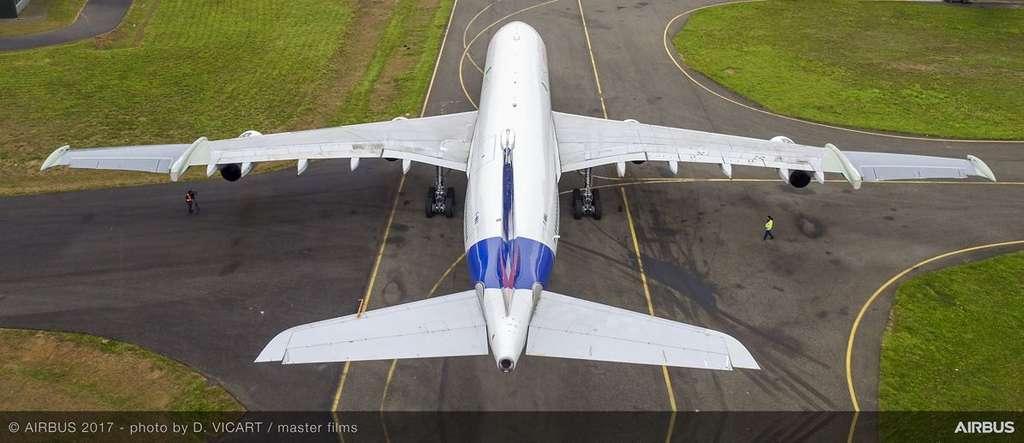 Les moignons d'ailes, aux extrémités, font un angle avec le fuselage (la flèche) de 20°, contre 30° pour la partie centrale, celui d'une aile classique d'Airbus. © Airbus