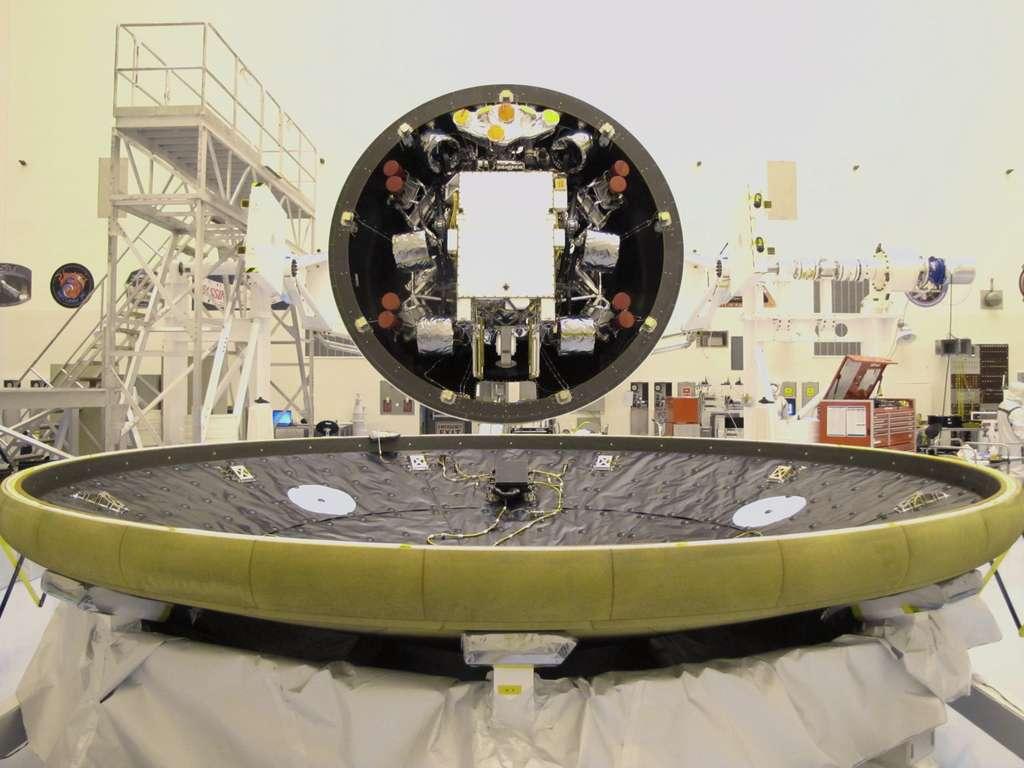 En haut : au premier plan le cône avant (heatshield en anglais) du blouclier thermique. Avec un diamètre de 4,5 m, il est le plus grand de tous ceux fabriqués jusqu'à présent (seul celui d'Orion-MPCV sera plus grand). À titre de comparaison, ceux de Spirit et Opportunity présentaient un diamètre de 2,60 m et ceux des capsules d'Apollo mesuraient un peu moins de 4 m. En bas : parfaitement étanche, le bouclier thermique (aeroshell, en anglais) protégera Curiosity jusqu'à son atterrissage sur Mars, en août 2012. © Nasa/JPL-Caltech