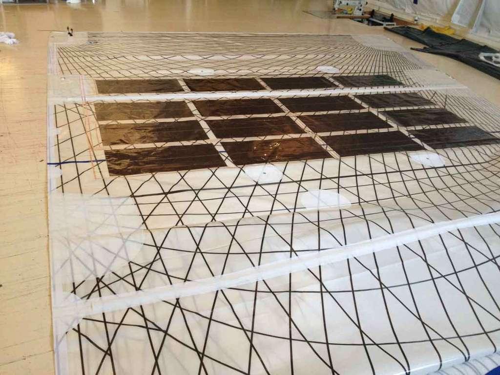 Les 16 panneaux sont installés sur chaque face de la grand-voile (celle qui est fixée au mât et que l'on enroule lorsque l'on rentre au port ou que l'on jette l'ancre). Les cellules sont incluses dans des fibres avec la même technique d'encapsulation que celle de la fabrication du tissu de la voile elle-même. © Solar Cloth System