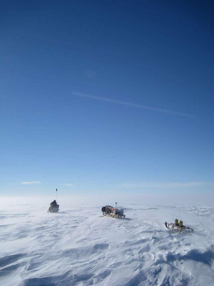 Les glaciologues de l'université d'Aberdeen tractent le radar capable de cartographier le fond de l'océan qui se trouve sous la couche de glace. © Rob Bingham