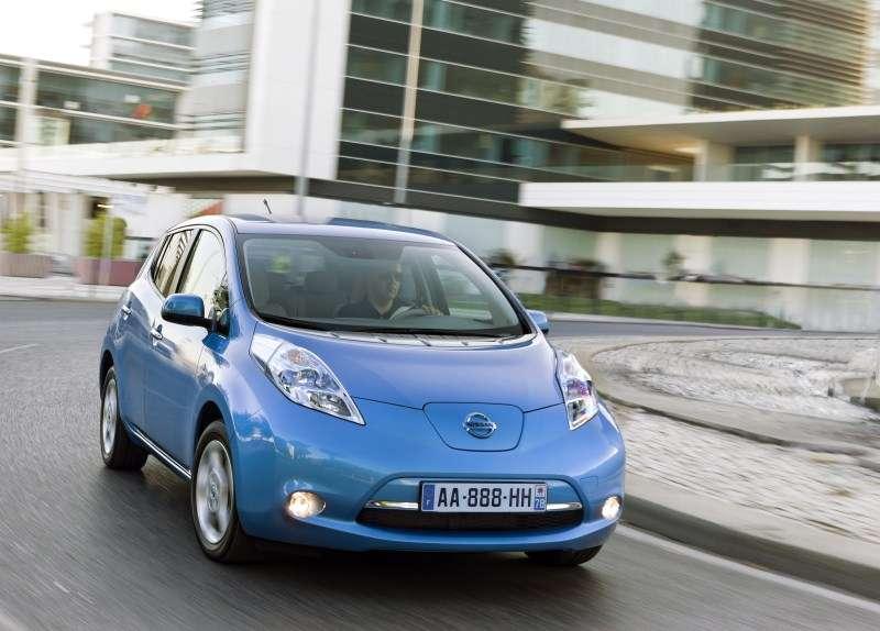 La Nissan Leaf est une voiture électrique dont l'autonomie théorique est de 175 km. Mais celle-ci peut passer sous les 100 km en fonction de paramètres comme les conditions climatiques, les routes empruntées et la vitesse de circulation. D'où l'intérêt, pour son conducteur, de disposer d'un GPS capable d'optimiser cette autonomie en choisissant le trajet le plus approprié. © Nissan