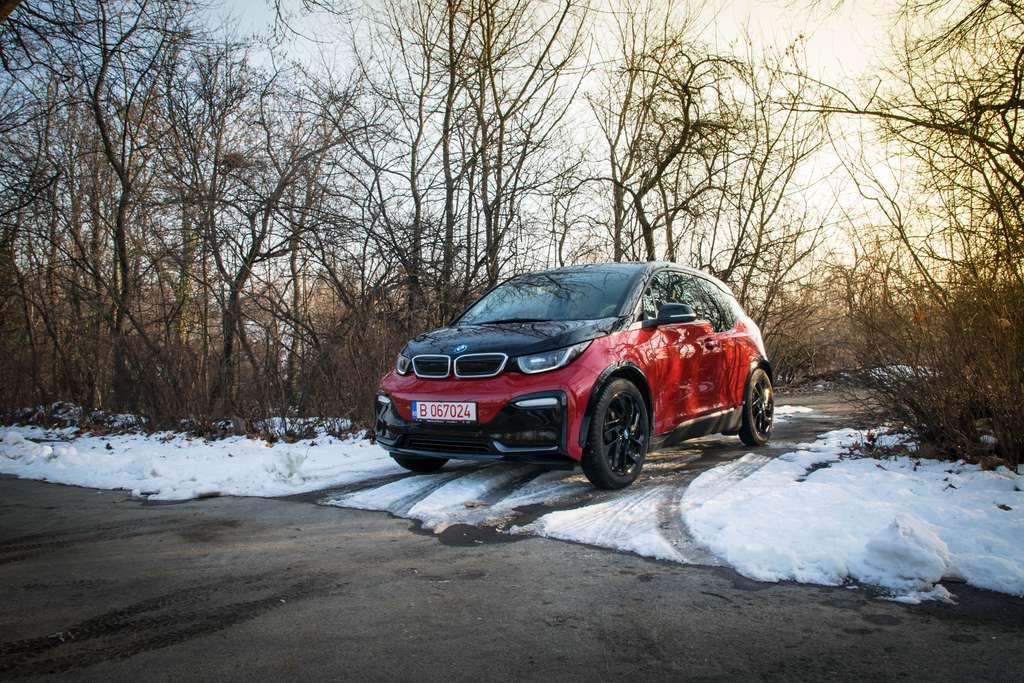 Même à l'arrêt, la batterie continue à se vider lorsque l'on gare sa voiture au froid. © Gabriel Nica/500px.com