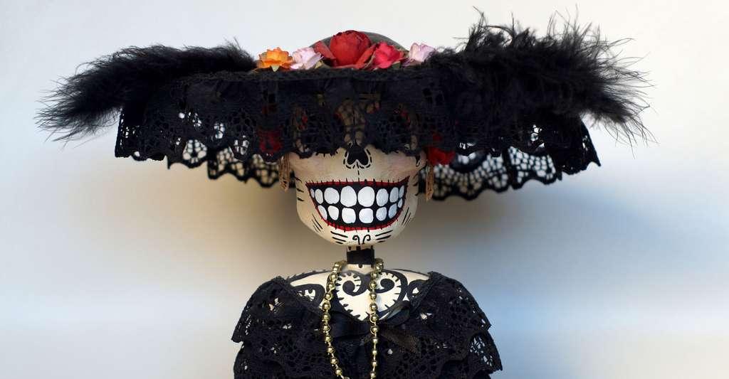 Figurines en papier mâché (Cartonería) achetées à la boutique du musée d'art populaire de Mexico en août 2009. Une interprétation contemporaine du personnage de La Catrina, avec en arrière-plan sa déclinaison masculine. © El Comandante, wikimedia commons, CC by-sa 3.0