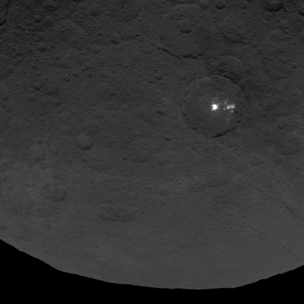 De mystérieuses taches blanches parsèment la surface de la planète naine Cérès. Le télescope spatial Hubble en a repéré une dizaine et la sonde Dawn a pu les observer de près. Celles-ci, vues le 9 juin dernier, se trouvent dans un grand cratère de 90 km de diamètre. © Nasa/JPL-Caltech/UCLA/MPS/DLR/IDA