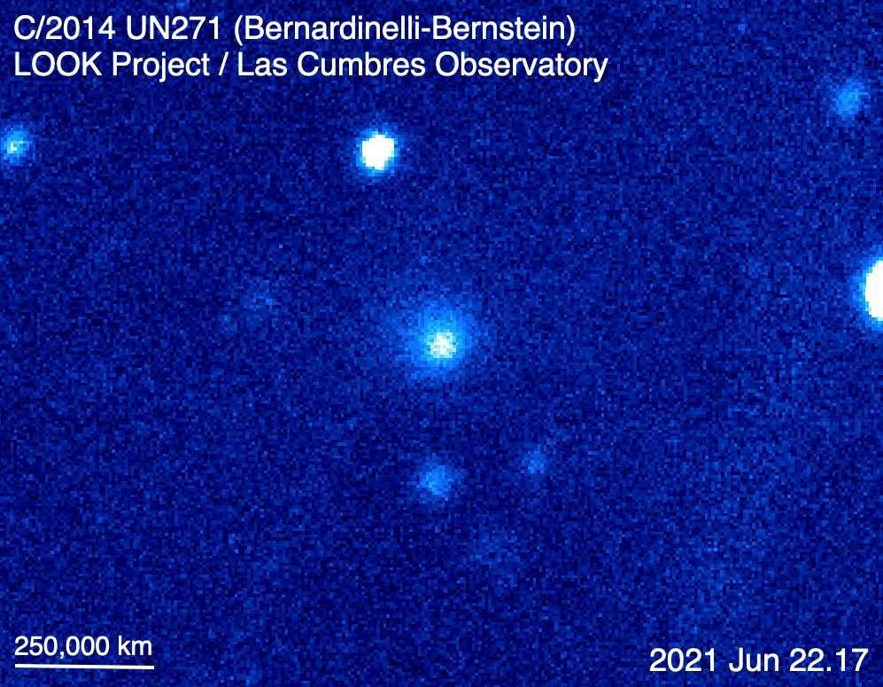 La comète C/2014 UN271 – aussi appelée comète Bernardinelli-Bernstein, vue sur une image composite de couleur synthétique réalisée avec le télescope de un mètre de l'observatoire Las Cumbres à Sutherland, en Afrique du Sud, le 22 juin 2021. Le nuage diffus que l'on observe autour de la comète correspond à sa chevelure. © Look, LCO
