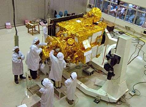 Chandrayaan-1 en cours d'intégration. Les objectifs scientifiques de cette mission lancée en octobre 2008 étaient notamment de cartographier la surface lunaire et d'analyser sa composition minéralogique. Le contact avec la sonde a été perdu le 29 août 2009. © ISRO