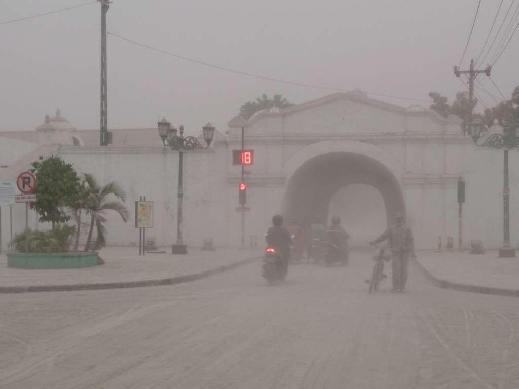 Le lendemain de l'éruption du Kelud, la ville de Yogyakarta était envahie par la poussière, rendant la circulation difficile. © Aldnonymous, Wikimedia Commons, cc by sa 3.0