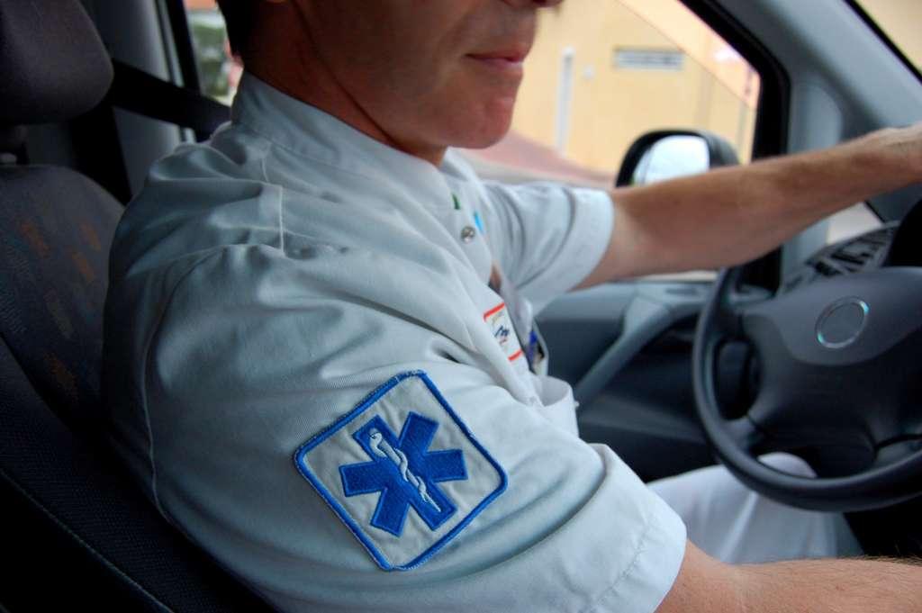 L'ambulancier doit pouvoir administrer les soins de premiers secours en cas d'urgence et savoir utiliser le matériel à bord. © airlab multimedia, Fotolia.