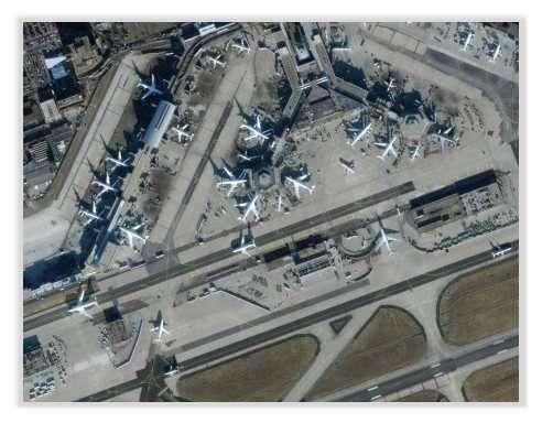 L'aéroport de Frankfort en Allemagne photographié par le satellite Ikonos en 2000. La résolution est de 1 mètre. Comment peut-on augmenter la résolution ? Si un capteur CCD offre une résolution de 1 m, 2 capteurs CCD décalés d'un demi-pixel peuvent offrir une résolution de 0.5 m grâce à un processus de reconstruction. Document USGS.