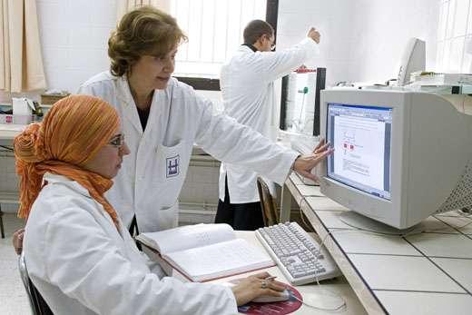 Pr. Habiba Bouhamed Chaabouni, Tunisie, L'ORÉAL - UNESCO Award For Women in Science, 2006 Laureate pour l' Afrique. Pour sa contribution à l'analyse et la prévention des troubles héréditaires. Pr. Habiba Bouhamed Chaabouni dans son laboratoire Université - Ecole Médicale de Tunis © Micheline Pelletier / GAMMA