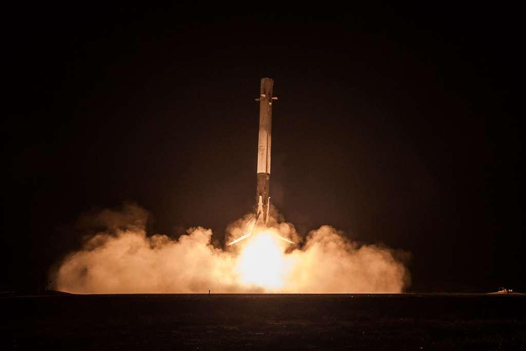 Récupération de l'étage principal du Falcon 9 utilisé pour le lancement de onze satellites de la constellation Orbcomm 2, en décembre 2015. © SpaceX