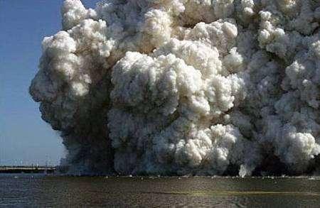 Cette image montre la chute de débris dans les lagunes entourant l'aire de lancement de Discovery. Crédit Nasa