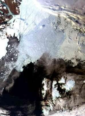 Photographie du nord du Spitzberg prise le 29 août 2006 par l'instrument Meris du satellite Envisat. La calotte polaire est à son minimum d'extension et la glace semble craquelée. Crédit : ESA