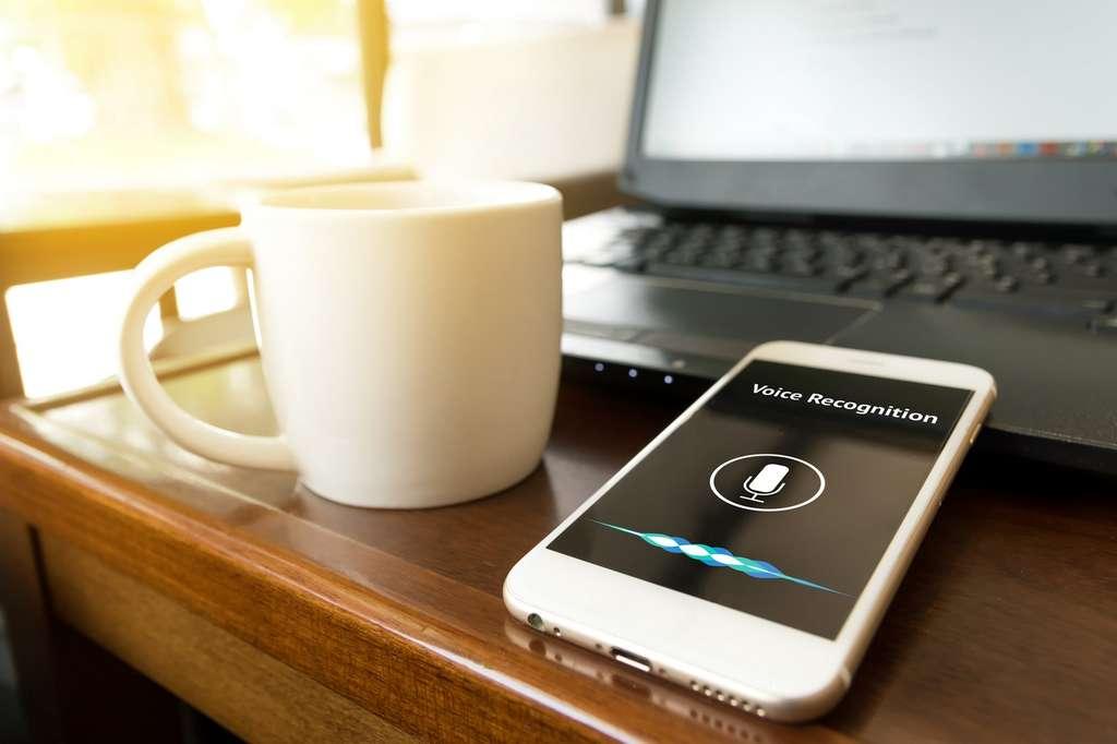 La reconnaissance vocale sur smartphone nécessite une quantité d'énergie qui ne permet pas de transposer ce type d'interface sur des appareils électroniques miniatures. © Zapp2photo, Fotolia