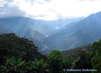 Les Yungas : Vue des sommets des Andes, sur la route La Paz-Coroico, en Bolivie, dite l'une des plus dangereuse du monde, notamment en raison des ravins qui la bordent.
