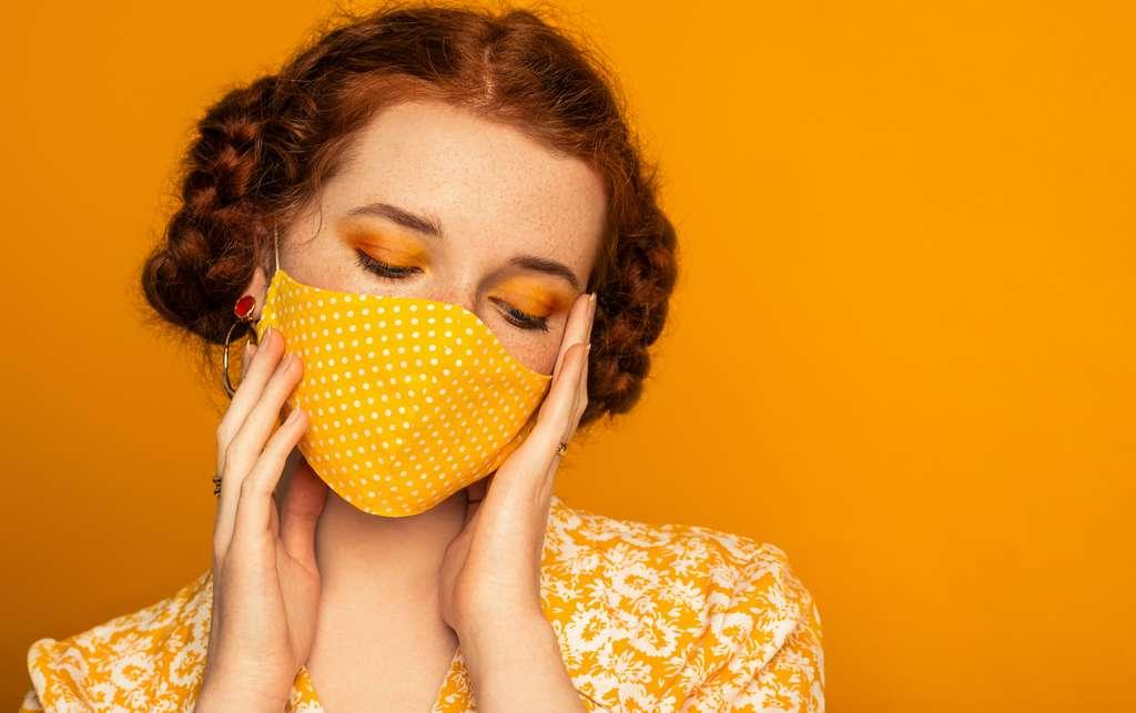 Les travaux des chercheurs de l'université de Cambridge (Royaume-Uni) intègrent les côtés négatifs de l'utilisation d'un masque comme l'augmentation du toucher du visage, par exemple. © Victoria Chudinova, Adobe Stock
