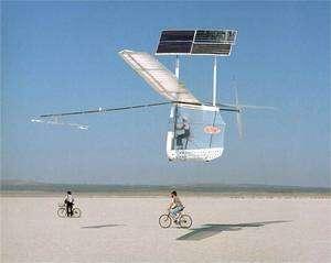 Le Gossamer Penguin, premier avion solaire piloté, photographié le 25 juillet 1979 (cliquer sur l'image pour l'agrandir). Pour une question de poids, c'est un enfant de 13 ans qui est aux commandes, Marshal MacCready , fils du concepteur, Paul MacCready. Les vols suivants seront réalisés par Janice Brown, contrainte à un dur régime alimentaire pour que l'ensemble pilote et machine ne dépasse pas 69 kg. Quatre ans plus tôt, le Sunrise 1 avait réalisé le premier vol à énergie solaire mais sans pilote. En 2001, la Nasa a démarré le programme Helios pour réaliser un drone solaire capable de tenir l'air à très haute altitude durant une longue durée. Photo : Bob Rhine (Dryden Flight Research Center Photo Collection)