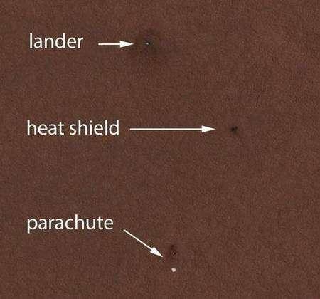 Image en haute résolution de Vastitas Borealis prise par HiRise, montrant l'atterrisseur Phoenix ainsi que le parachute et le bouclier de rentrée atmosphérique sur le sol martien. Crédit : Nasa/JPL-Caltech/University of Arizona
