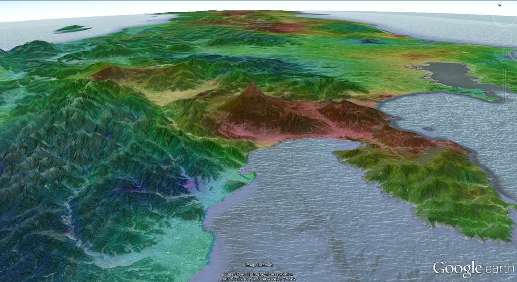 La pression du sol, mesurée par les perturbations de la vitesse des ondes sismiques après le séisme, est plus forte au niveau des zones rouges. Au premier plan, sur cette vue orientée vers le nord, on reconnaît le mont Fuji, dont la couleur indique que là ont été observées les perturbations les plus fortes. Pour un sismologue, le sous-sol de cette région, située à 500 km de l'épicentre, a donc plus souffert que celui de Fukushima. © Florent Brenguier, Google Earth